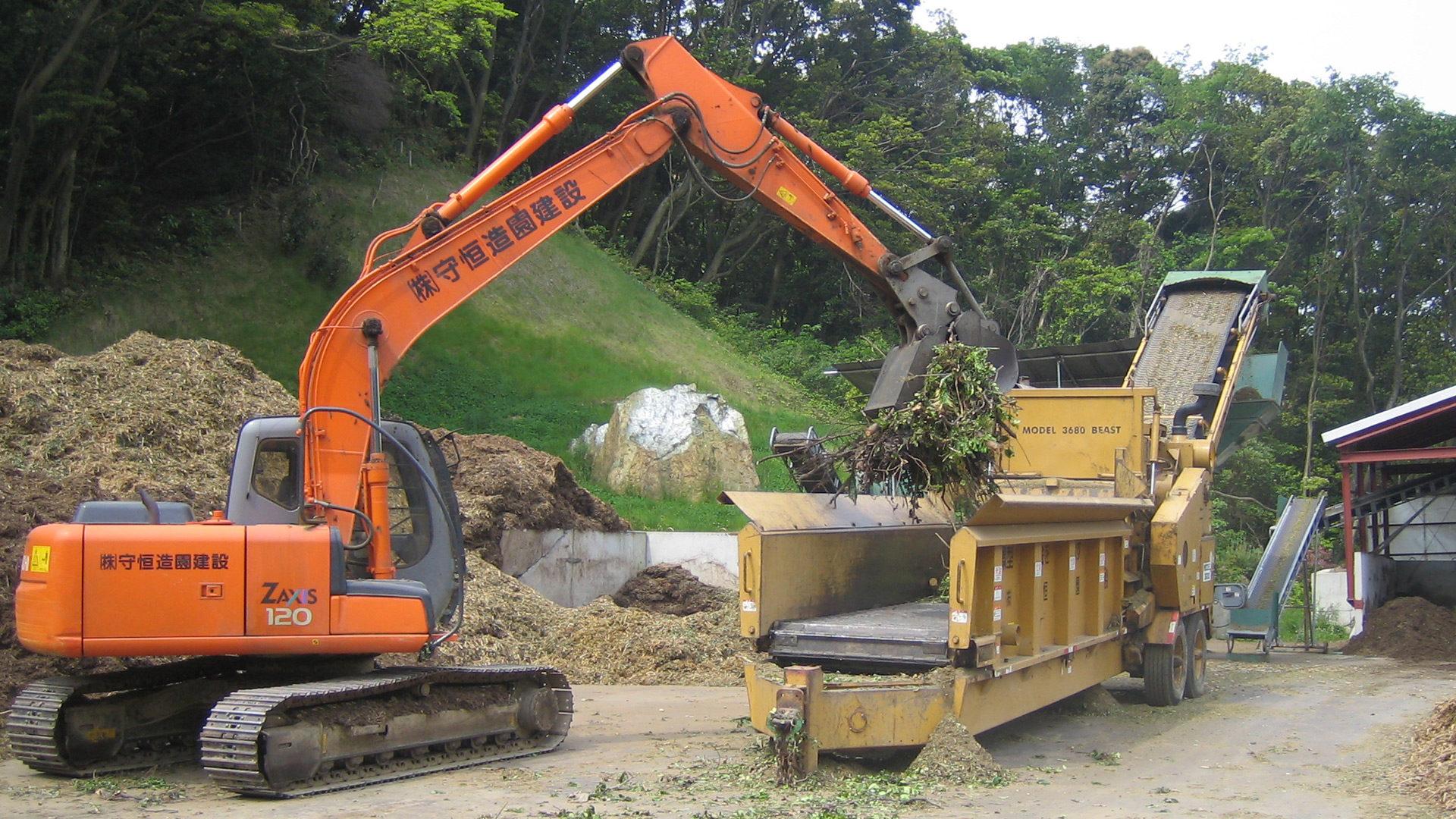 造成現場、道路工事などから発生する幹・枝葉・根株等を破砕(チップ化)し、敷き料、堆肥などへの再資源化をしています。